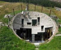 પહાડને કોતરી અંદર બનાવ્યુ મકાન, ઘરમાં છે તમામ સુખ-સુવિધા, જુઓ તસવીર
