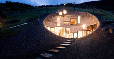 પહાડને કોતરી બનાવાયું છે આ અફલાતુન મકાન, જુઓ Photos