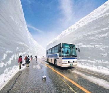 જાપાનમાં 65થી 70 ફુટ સુધી જામી જાય છે બરફની દિવાલ, હટાવીને બને છે રસ્તો