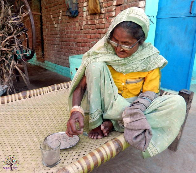 Strength !The woman at the age of 92 eat 1 kg of sand