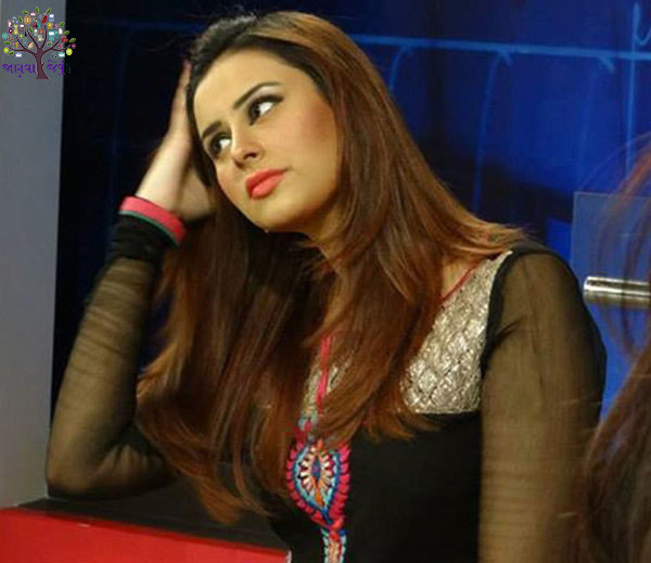 Water fills the Pakistani TV anchors in front of the big Actoress