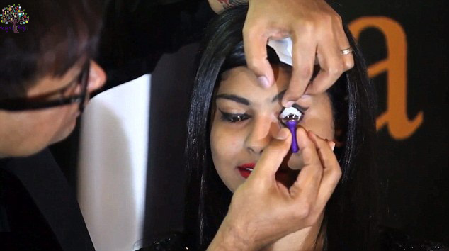 Indian doctor pulls the gold contact lenses, cost 9 million
