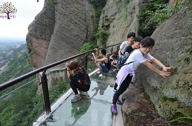 OMG! Walk Way dangerous world of glass