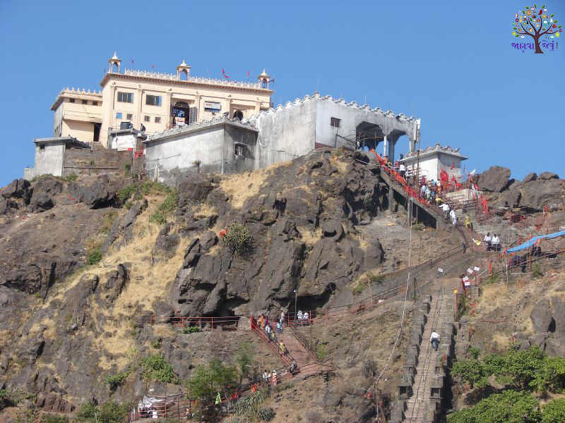 The historic city of Gujarat, 853 meters high, is a religious place on