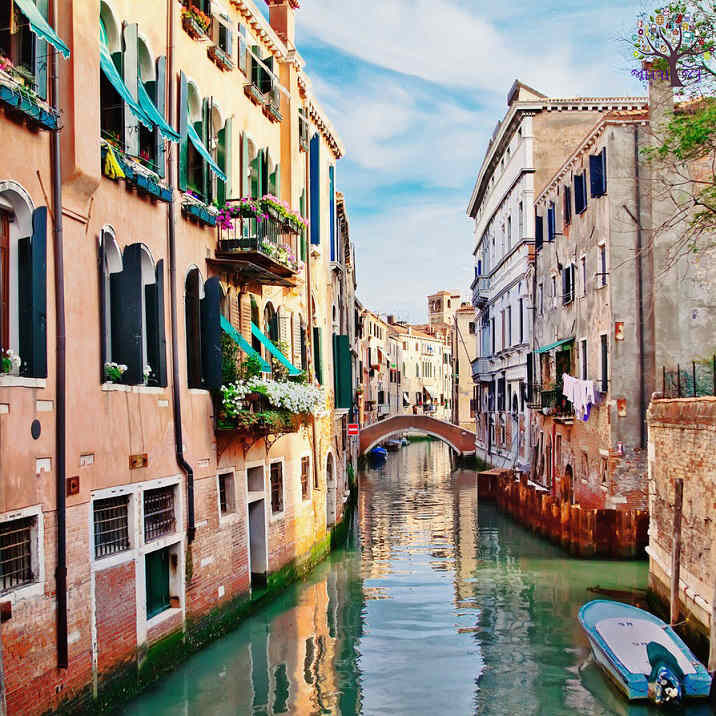 + 120 150 canals, the most beautiful city in the world is not a single vehicle