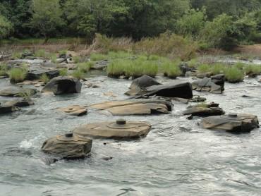 અહી માણસ નહી પણ નદી કરે છે શિવલિંગનો અભિષેક