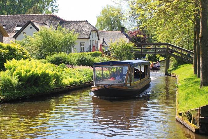 Giethoorn-Boat-tour-1125x750