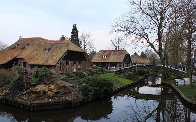 Giethoorn-Waterways-by-Bunch-of-Backpackers-1125x700