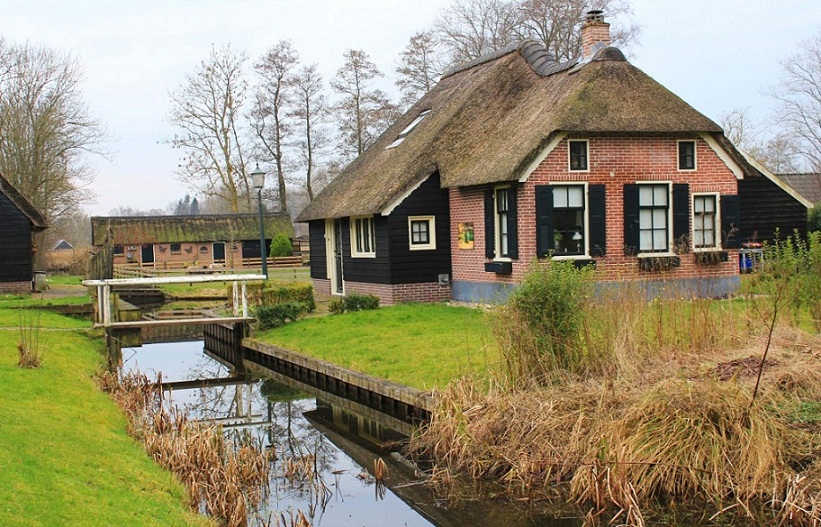 Giethoorn-house-by-Bunch-of-Backpackers-1125x721