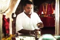 આ મંદિરમાં 'માં કાલી' પીવે છે દારૂ, મોઢા પાસે પ્યાલો રાખતા જ થઇ જાય છે ગાયબ!