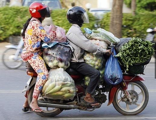 funny-fail-indian-couple-vegetables-transportation1