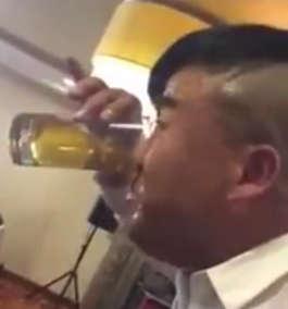 ગજબ! મોઢાની જગ્યાએ ચીન નો આ વ્યક્તિ નાકથી પીવે છે બીયર