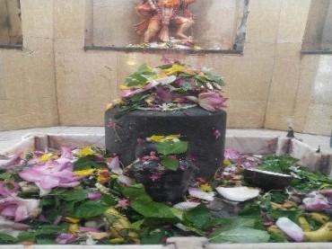 ચમત્કાર! આ મંદિરના શિવલિંગમાં જાતે જ ફૂલ અને બિલ્વપત્ર ચઢી જાય છે!