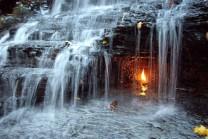World Mystery: અહી ઠંડા પાણીના ઝરણામાં આપમેળે સળગે છે દીવો…!!
