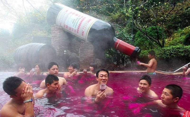 જાણો જાપાનના આ સ્પા વિષે, જ્યાં રેડ વાઈન પીવાની સાથે તેમાં સ્નાન કરવાની મજા પણ લઇ શકો છો