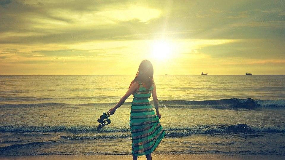 30-beach-girl-wallpaper-1