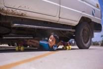 6 વર્ષનો છોકરો 39 કાર નીચેથી સ્કેટિંગ 29 સેકન્ડમાં કરી લે છે