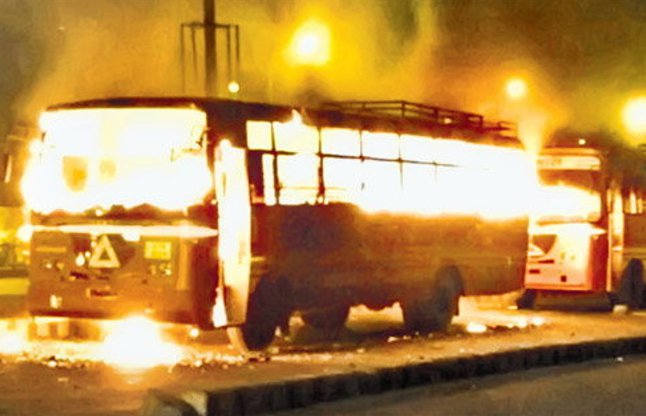 આરક્ષણની આગમાં આવી રીતે બળ્યું ગુજરાત, જુઓ તસ્વીર