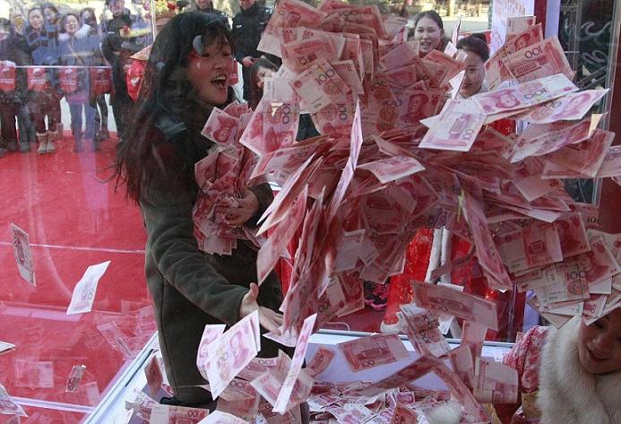 અહી થાય છે પૈસાનો વરસાદ, જેટલા હાથમાં આવે તેટલા થાય પોતાના