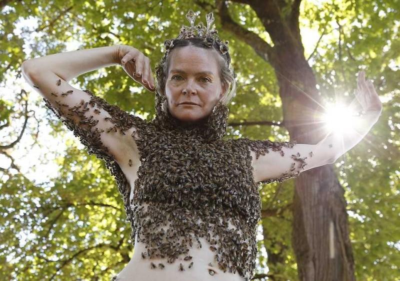 ગજબ!! આ મહિલા પહેરે છે જીવિત મધમાખીઓથી બનેલ બ્લાઉઝ!!