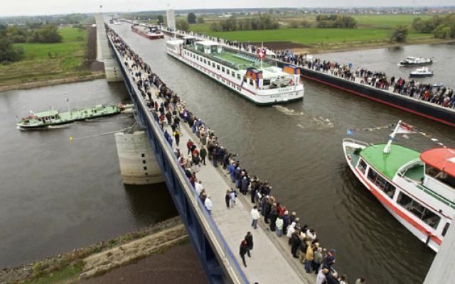અદ્ભુત વ્યુ!! અહી નદીની ઉપર વહે છે એક અવિશ્વસનીય નદી!!