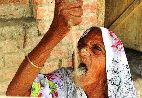 OMG!! આ વૃદ્ધ મહિલા રોજ ખાય છે ૨ કિલો રેતી, ડોઝ ન મળતા પડે છે બીમાર